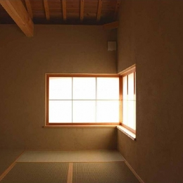 長久手の庭 (コーナー窓で明かり溢れる和室)