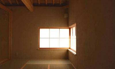 コーナー窓で明かり溢れる和室|長久手の庭