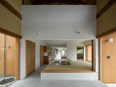 土間・ダイニング・キッチン (おかやまのいえ ー里山や隣近所との繋がりを住み継ぐ家ー)