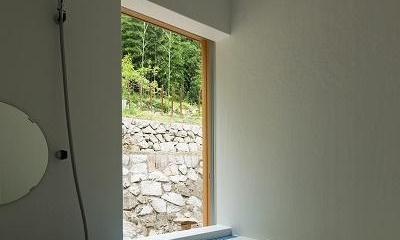 おかやまのいえ ー里山や隣近所との繋がりを住み継ぐ家ー (里山を眺める浴室)