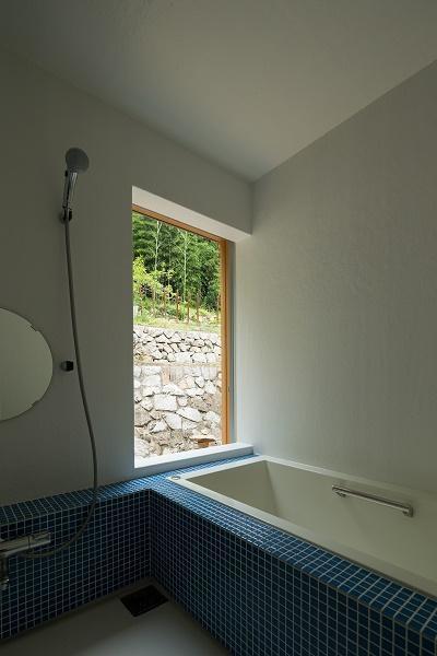里山を眺める浴室 (おかやまのいえ ー里山や隣近所との繋がりを住み継ぐ家ー)