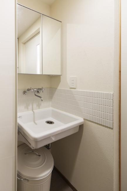 金沢文庫のボルダリングウォールのある家の部屋 コンパクトな洗面所