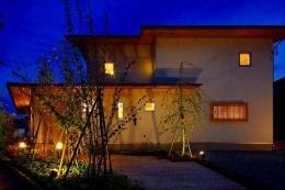 竹林の家 (外観・玄関アプローチ (夜景))