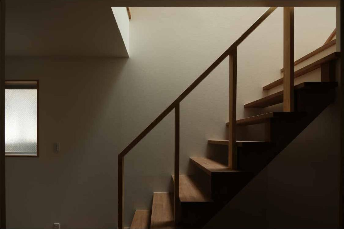 二門開口の家の部屋 オープン型階段