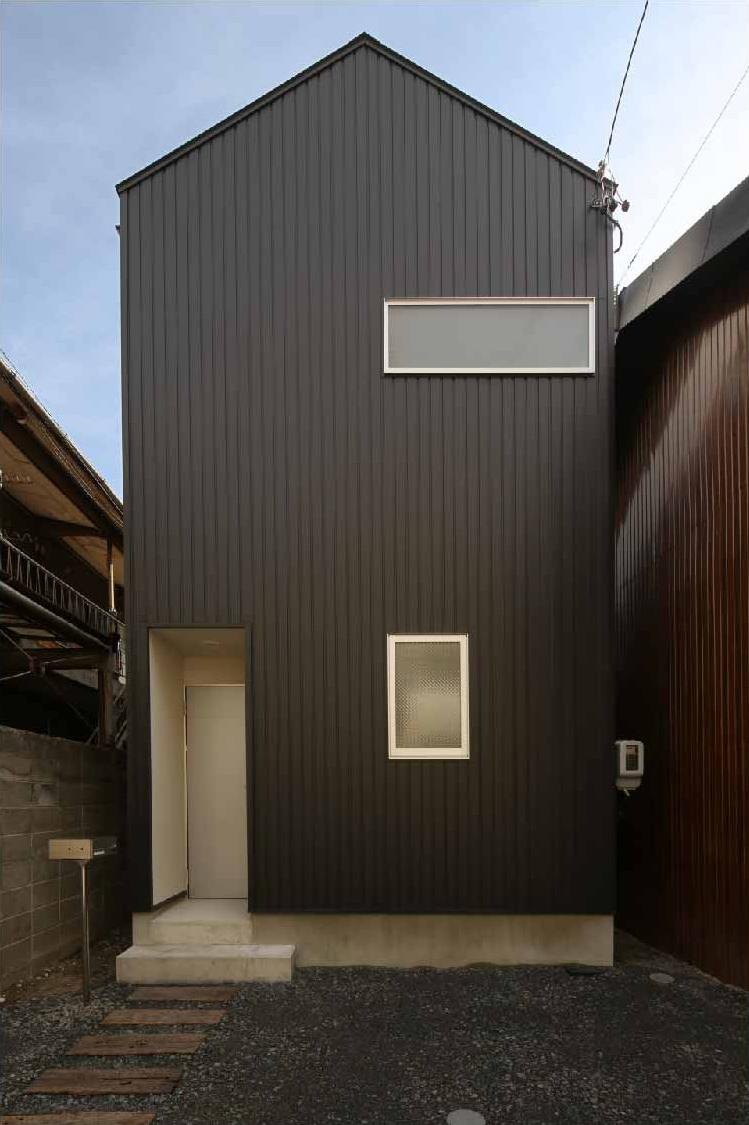 二門開口の家の写真 黒い外観
