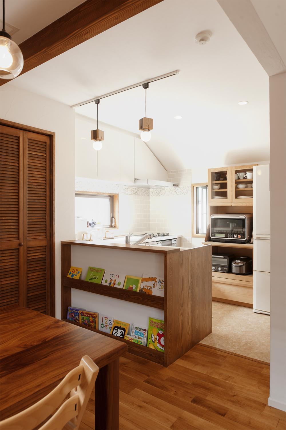 y邸・子ども達のために 自然素材で楽しくリノベーションの写真 ダイニング側から見たキッチン