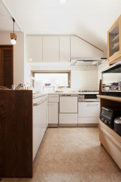明るく使い勝手のよいL型キッチン (y邸・子ども達のために 自然素材で楽しくリノベーション)
