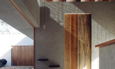 穏やかな時がながれる平屋の空間|中庭と水盤のある家 - BREATH (水盤からのゆらぎが印象的な玄関ホール 1)
