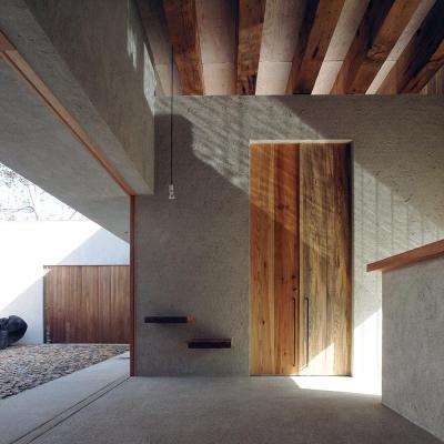 水盤からのゆらぎが印象的な玄関ホール 1 (穏やかな時がながれる平屋の空間|中庭と水盤のある家 - BREATH)