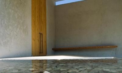 穏やかな時がながれる平屋の空間|中庭と水盤のある家 - BREATH (水盤からのゆらぎが印象的な玄関ホール 2)