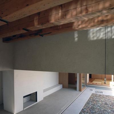 水盤からのゆらぎが印象的な玄関ホール 3 (穏やかな時がながれる平屋の空間|中庭と水盤のある家 - BREATH)