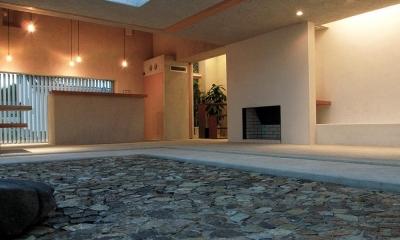 穏やかな時がながれる平屋の空間|中庭と水盤のある家 - BREATH (夕暮れの中庭 1)