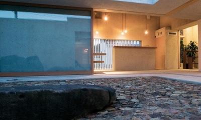 穏やかな時がながれる平屋の空間|中庭と水盤のある家 - BREATH (夕暮れの中庭 2)