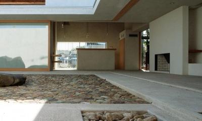 穏やかな時がながれる平屋の空間|中庭と水盤のある家 - BREATH (中庭と一体化するリビング 1)
