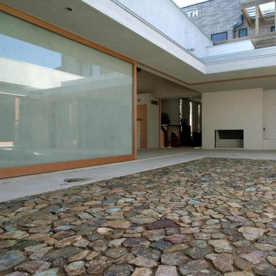 穏やかな時がながれる平屋の空間|中庭と水盤のある家 - BREATH (中庭と一体化するリビング 2)