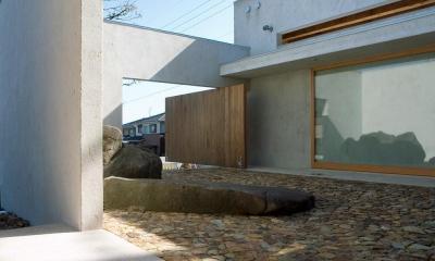 穏やかな時がながれる平屋の空間|中庭と水盤のある家 - BREATH (ダイナミックな自然石の中庭 木製の回転扉で外部とつながる)