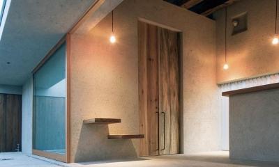 穏やかな時がながれる平屋の空間|中庭と水盤のある家 - BREATH (3m古材無垢板の玄関扉の内部)