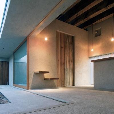 3m古材無垢板の玄関扉の内部 (穏やかな時がながれる平屋の空間|中庭と水盤のある家 - BREATH)