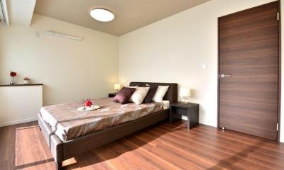 都心で贅沢にゆったり暮らす、高級感漂うグレイスモダンスタイル (寝室)