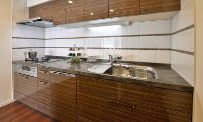 都心で贅沢にゆったり暮らす、高級感漂うグレイスモダンスタイル (キッチン)