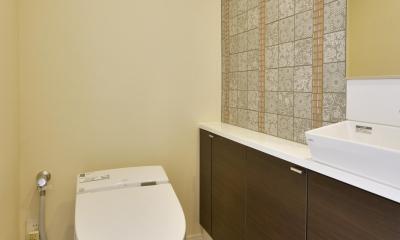 都心で贅沢にゆったり暮らす、高級感漂うグレイスモダンスタイル (トイレ)