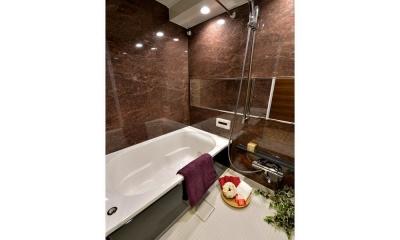 都心で贅沢にゆったり暮らす、高級感漂うグレイスモダンスタイル (バスルーム)