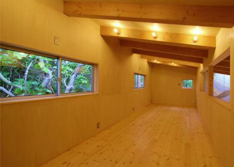 美浜の家 (梁の見える勾配天井の洋室)