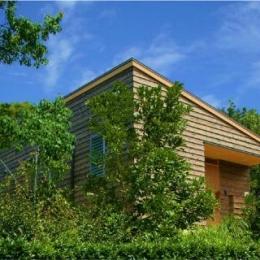 美浜の家 (木立の中の外観)