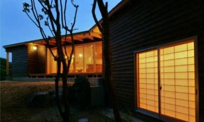 美浜の家 (くの字型の外観 (夕景))