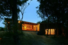 美浜の家 (庭から望む丘の上の外観 (夕景))