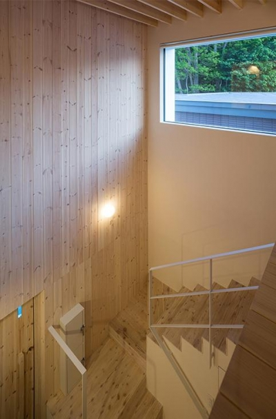 ハイサイドライトのある階段 (宮の沢の家)