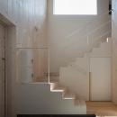宮の沢の家の写真 ハイサイドライトから採光溢れる階段・玄関