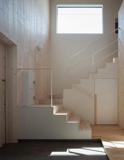 ハイサイドライトから採光溢れる階段・玄関 (宮の沢の家)