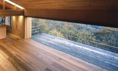 木の香る週末住宅|大開口をエントランス階から見下ろすウッドデッキと蓼科の森|蓼科高原の家|大開口から八ヶ岳が一望できる週末住宅