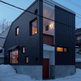 段差を繋ぐ家 (カラーガルバリウム鋼板の外観 (夕景))