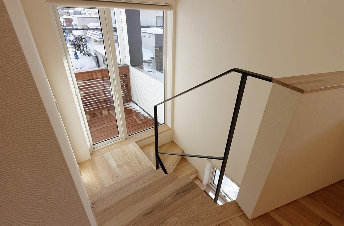 段差を繋ぐ家の部屋 階段とバルコニーを見下ろして
