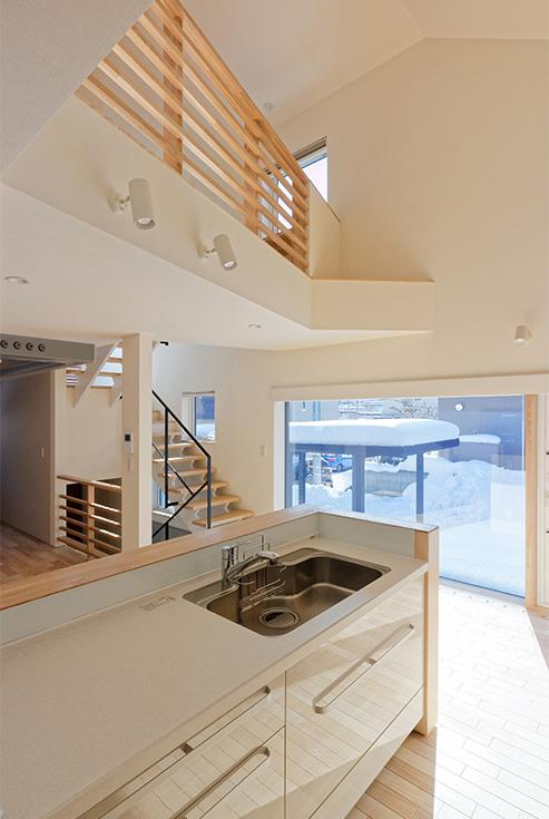 段差を繋ぐ家の部屋 広さを感じる吹き抜けのあるLDK 2