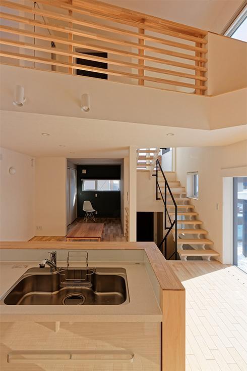 段差を繋ぐ家の部屋 広さを感じる吹き抜けのあるLDK 1
