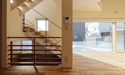 各階を繋ぐオープン型階段 4|段差を繋ぐ家