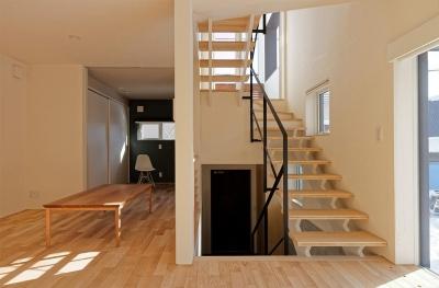 段差を繋ぐ家 (各階を繋ぐオープン型階段 3)