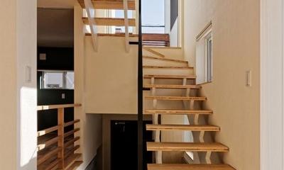 段差を繋ぐ家 (各階を繋ぐオープン型階段 2)