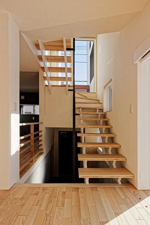 段差を繋ぐ家の部屋 各階を繋ぐオープン型階段 2