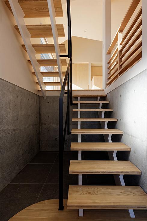 段差を繋ぐ家の部屋 各階を繋ぐオープン型階段 1