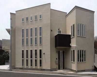 46坪・2階建て:2世帯住宅 (縦長窓を多用した外観)