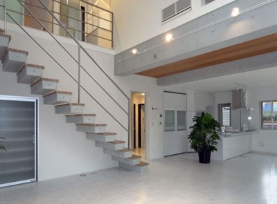 70坪・2階建て1階はRC造、2階木造の混構造・高仕様 (広々とした吹き抜けのあるLDK)