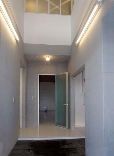 70坪・2階建て1階はRC造、2階木造の混構造・高仕様 (大吹抜の玄関)