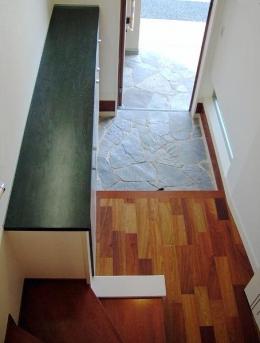 32坪・3階建て:プラス車庫4坪 (乱貼りの天然石の玄関)