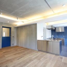 にじみの家 (RCの壁、天井が目を引く全体を眺める)