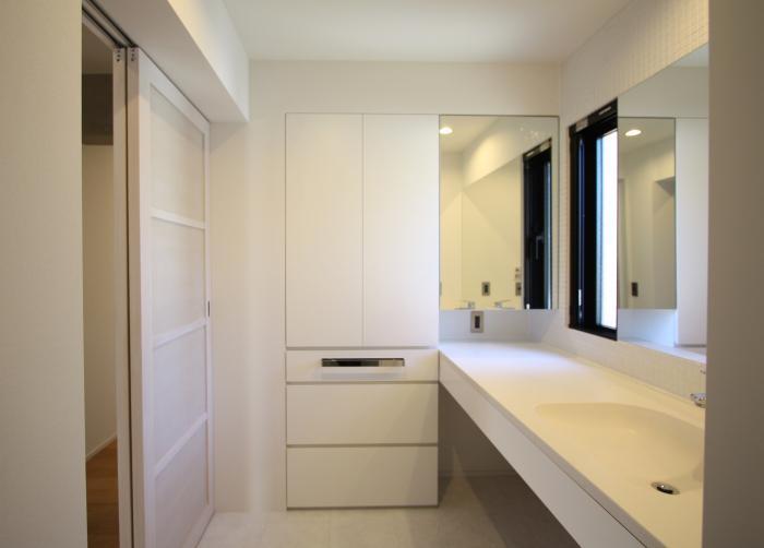 にじみの家の部屋 白くまとめた洗面室