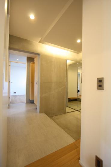 にじみの家の部屋 全身鏡のある玄関ホール